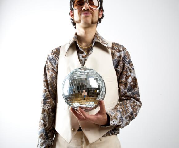 Discofox Tänzer mit Discokugel besucht einen Workshop