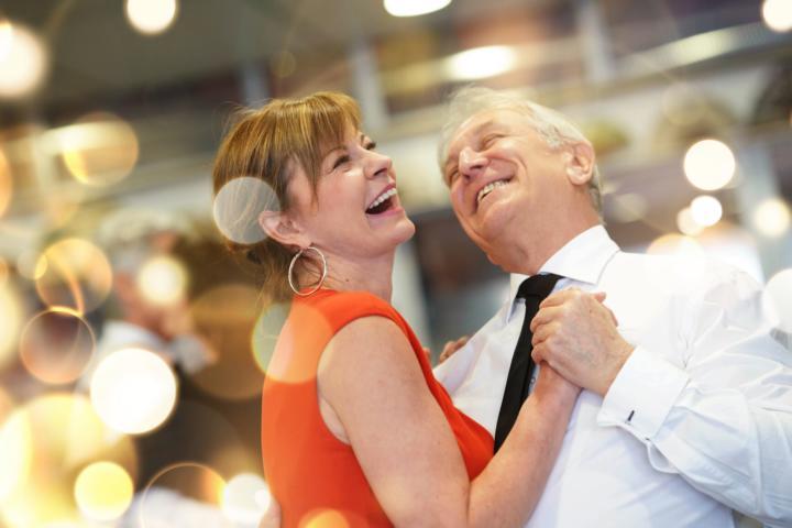 Älteres Tanzpaar, das Discofox tanzt und die neuen Figuren aus dem Workshop auf der Party übt.